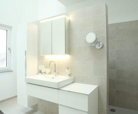 Badezimmer: Turmbad mit Dusch-WC